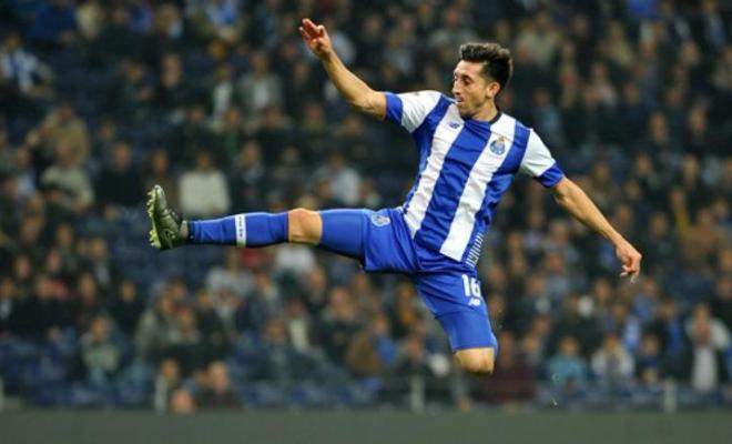 MOURINHO WANTS HERRERA 2.0!Jose Mourinho has set sights on signing FC Porto midfielder, Hector Herrera. The Mexican has been a target for Mourinho since his Chelsea days but has never really made a move for him. Sky Sports are now reporting that he will be the subject of a bid from Manchester United in January!