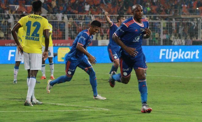 GOAL! FC Goa score again from a corner! Mandar takes the corner,Gregory was at the right place to head the ball into the Kerala Blasters net. 2-1 now with less than 10 minutes to go.