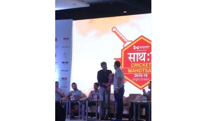Vikas Patni felicitates Kapil Dev.