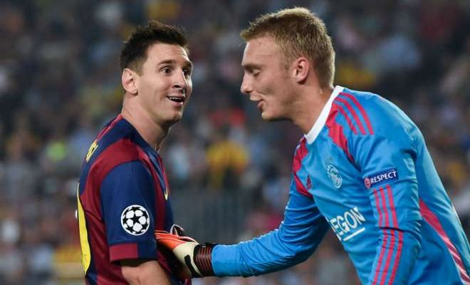 Barca to land Bravo replacementBarcelona have agreed a deal with Ajax to sign goalkeeper Jasper Cillessen, according to Sky sources, as Claudio Bravo edges closer to Man City. Cillessen was left out of Ajax's defeat at home to Willem II on Saturday ahead of his move to the Nou Camp.