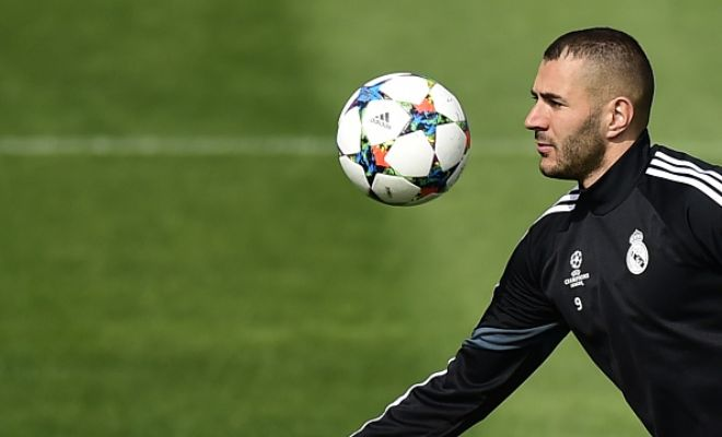 Real Madrid might be forced to sell striker Karim Benzema to Manchester United in order to get David de Gea. (AS)