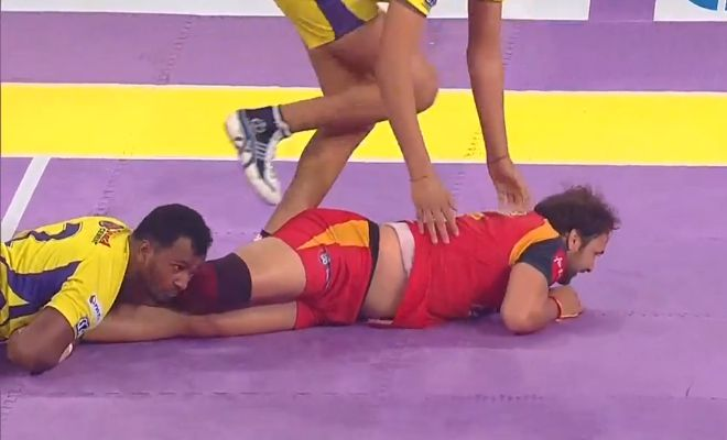 SUPER TACKLE! 35' Telugu Titans conjure up another tackle; This time on Manjeet Chhillar. Titans 22-34 Bulls