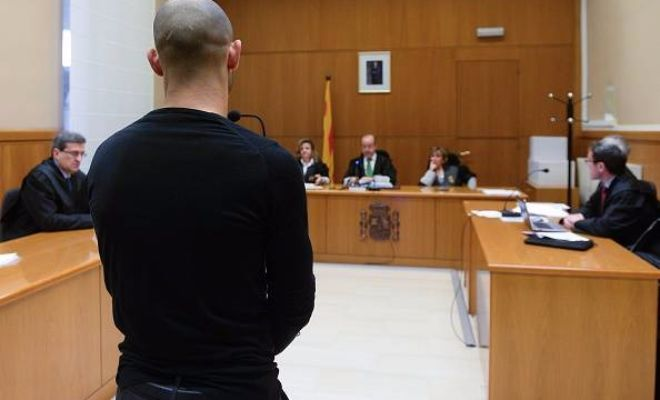Javier Mascherano (back) stands before the judge on 21 January 2016 at the courthouse in Barcelona.