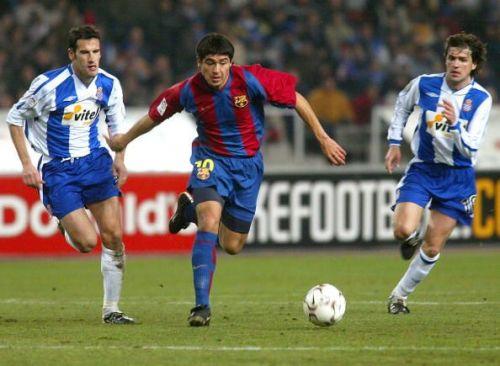 Riquelme of Barcelona runs between Alberto Lopo (L) and Roger