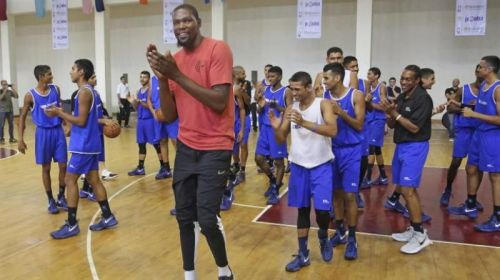 Durant (centre) in India this past offseason with some aspiring players