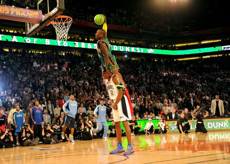Nate Robinson dunking over Dwight Howard in the 2009 Dunk Contest (Image  via zimbio. 8ba151706