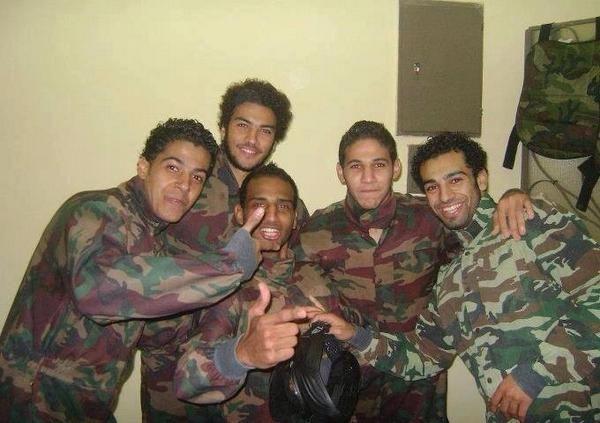 Mo Salah (kanan) dalam seragam militer