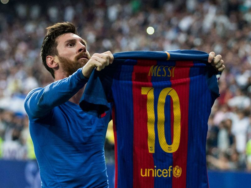610bd1aa3e4 Messi holding his jersey aloft for the world to acknowledge his legacy as  the best player