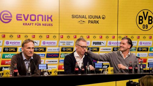 Stöger (middle) during the press conference with BVB bosses Joachim Watzke (left) & Zorc (right)