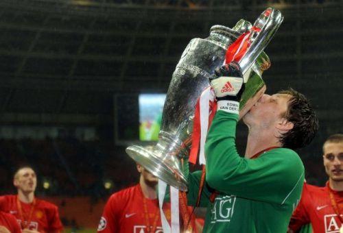 van der Sar kissing the Champions League trophy. Image courtesy BT Sport