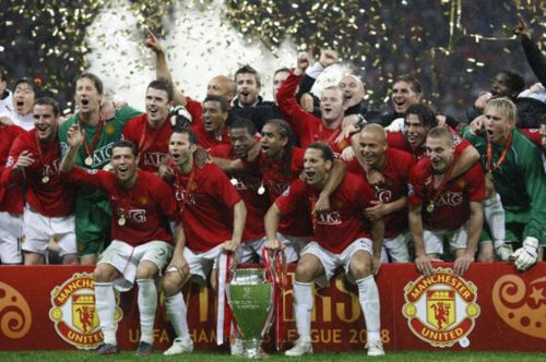 Manchester United players reveling in moment after winning the 2008 Champions League. Image courtesy Daily Star
