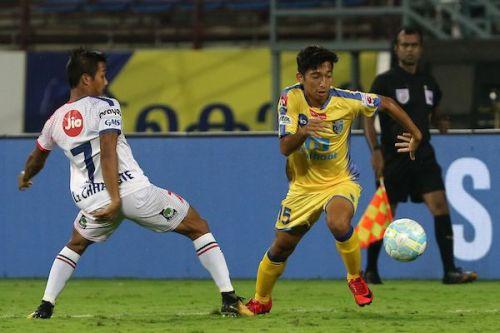 Deependra Negi (R) broke Lallianzuala Chhangte's (L) record to become the youngest scorer this season. (Photo: ISL)