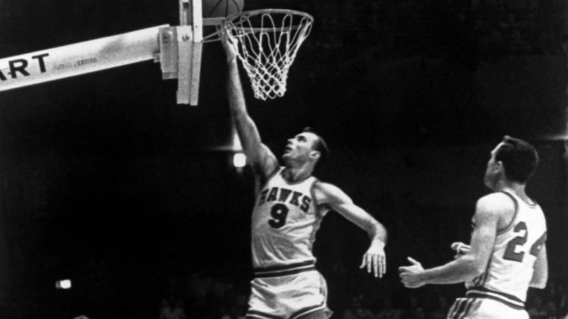 Bob Pettit completes a lay-up (Image: NBA)