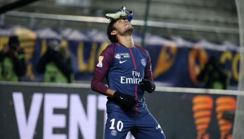 Neymar Jr balancing the boot on his head