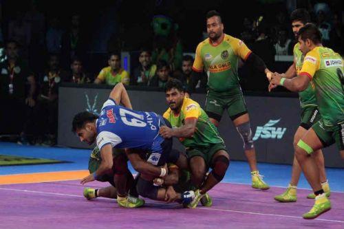 Sachin Shingade attempts a back hold on Deepak Dahiya