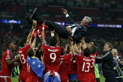 Bayern players celebrate with Jupp Heynckes after their UEFA Champions League triumph in 2013