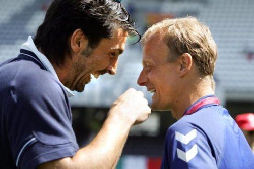 Italy's goalkeeper Gianluigi Buffon chat