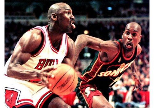 Michael Jordan of the Chicago Bulls (L) looks to m