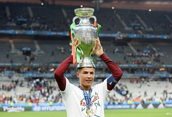 Fussball Europameisterschaft 2016 Finale: JUBEL Cristiano Ronaldo (Portugal) mit Pokal