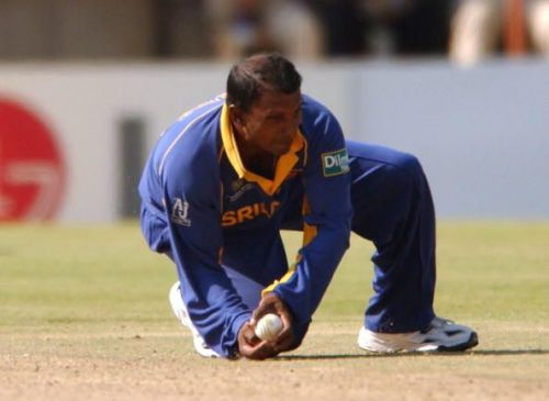 Aravinda de Silva of Sri Lanka catches Chris Cairns...