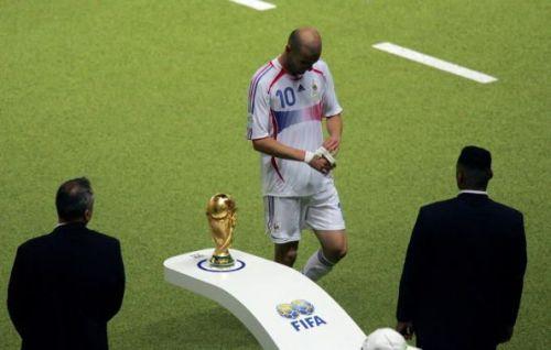 French midfielder Zinedine Zidane (C) wa