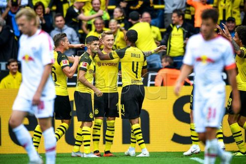 epa06974988 Dortmund's Marco Reus (C) and his teammates celebrate their 2-1 lead during the German Bundesliga soccer match between Borussia Dortmund and RB Leipzig in Dortmund, Germany, 26 August 2018.  EPA-EFE/SASCHA STEINBACH CONDITIONS - ATTENTION:  The DFL regulations prohibit any use of photographs as image sequences and/or quasi-video.