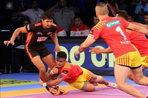 Abozar attempting a diving ankle hold over Mumba's Kuldeep Singh in Season 5.