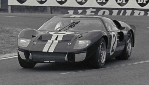 Ford GT40 MkII cruising to victory