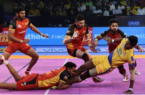 Ravinder Pahal executing a diving ankle hold on Thalaivas'