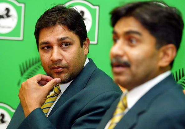 Pakistan coach Javed Miandad (R) and Pakistans cap