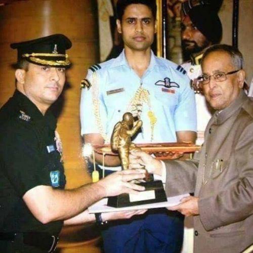 Col. Ranveer Singh recieves the Tenzing Norgay national Adventure Award from H'ble President Pranab Mukherjee in 2013