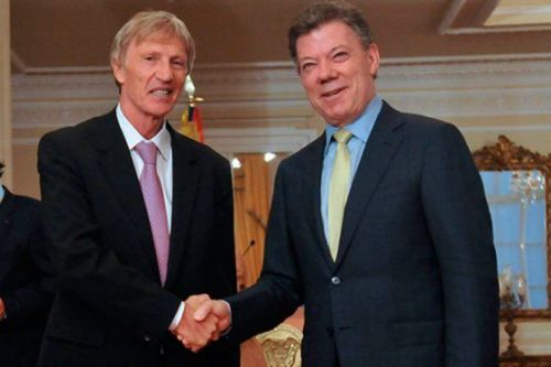In the aftermath of Colombia's qualification to the 2014 World Cup, Pekerman (left) received the Colombian citizenship from the country's president Juan Manuel Santos (right)