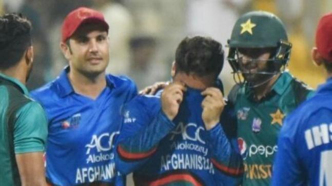 Shoaib Malik consoling Aftab Alam