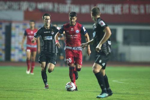 Sergio Cidoncha moves forward with the ball [Image: ISL]
