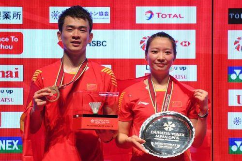 Zheng Siwei (left) and Huang Yaqiong