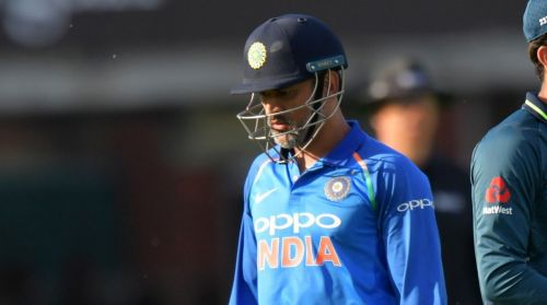 Selectors need to make up their minds about Dhoni