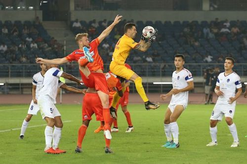 FC Pune City's goalkeeper Matt Mills collects the ball [Credits: ISL]