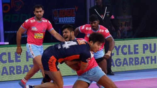 Jang Kun Lee trying to get rid of a tackle. Picture Courtesy: ProKabaddi.com