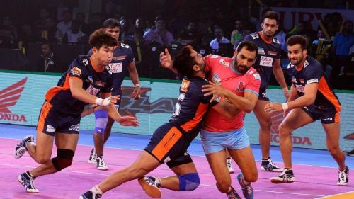 Anup Kumar in action while raiding from Jaipur Pink Panther against Bengal Warriors. Picture Courtesy: ProKabaddi.com
