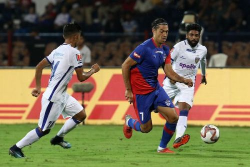 Mike (middle) runs forward with the ball [Credits: ISL]