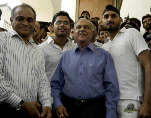 Sudhir Nanavati flanked by Sreesanth and Harbhajan at the hearing
