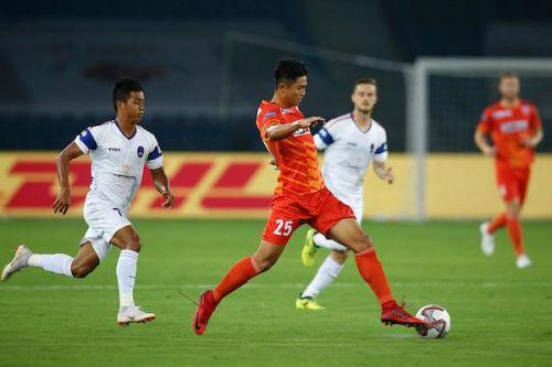Jakob Vanlalhlimpuia (centre) of FC Pune City [Image: ISL]