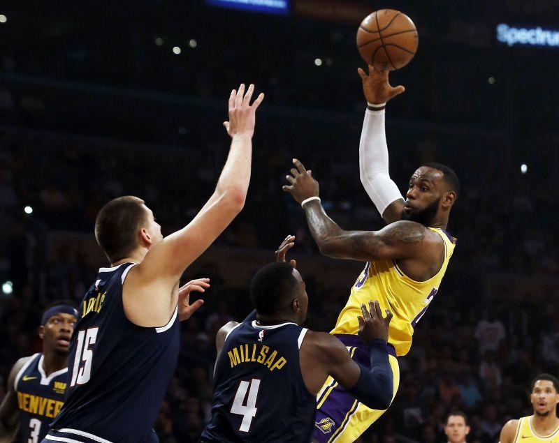 851286760e54 LeBron s triple-double leads Lakers past Nuggets 121-114