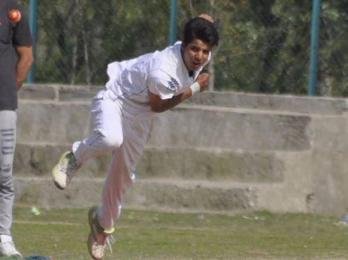 Rasikh Salam gearing to bowl