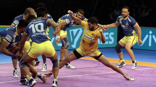 Rahul Chaudhari in action against the Thalaivas' defence.