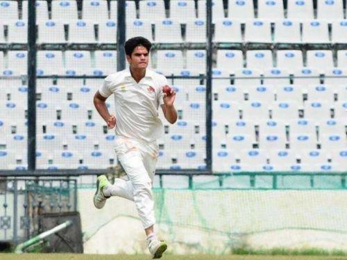 इससे पहले अर्जुन तेंदुलकर ने वीनो मांकड़ ट्रॉफी में भी अपनी गेंदबाजी का लोहा मनवाया था जब उन्होंने गुजरात के खिलाफ 5 विकेट झटके थे। उनकी इस गेंदबाजी के चलते मुंबई की टीम ने गुजरात को 9 विकेट से पटखनी दी थी