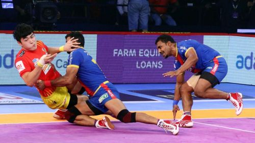 Dong Geon Lee in a raid. [Picture Courtesy: ProKabaddi.com]