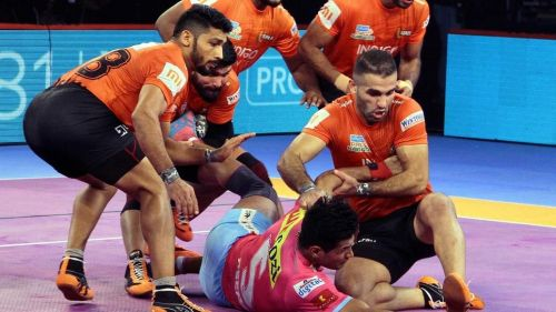 Fazel Atrachali while taking down a Pink Panther raider. [Picture Courtesy: ProKabaddi.com]