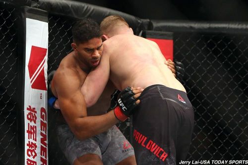 Alistair Overeem operating in the clinch position during his fight against Sergey Pavlovich at UFC Beijing (Image Courtesy: USA TODAY SPORTS)