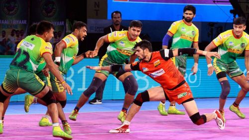 Rohit Kumar trying to take a point. [Picture Courtesy: ProKabaddi.com]